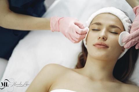 Woman getting a face massage with cotton pads - ML Delicatwe Beauty